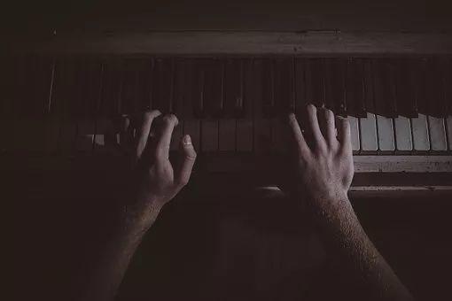 需要付出多少艰辛,才能成为一名钢琴老师?